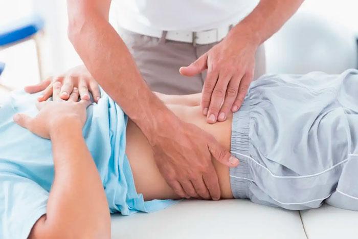 врач делает массаж при застое желчи