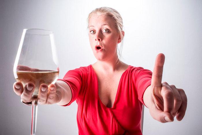 женщина запрещает алкоголь