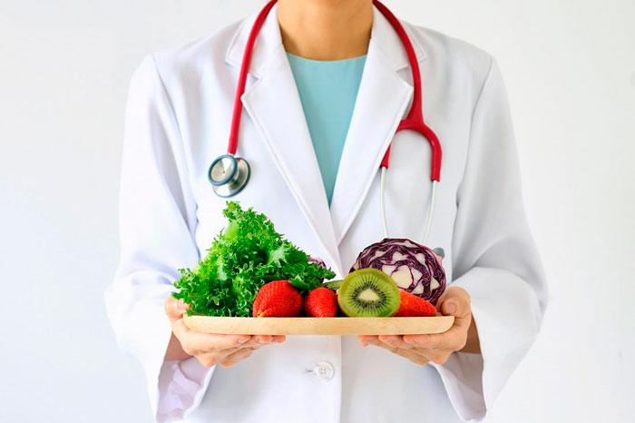 врач с продуктами